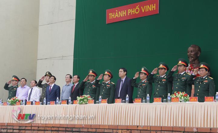 Các đại biểu thực hiện nghi lễ chào cờ tại buổi lễ.
