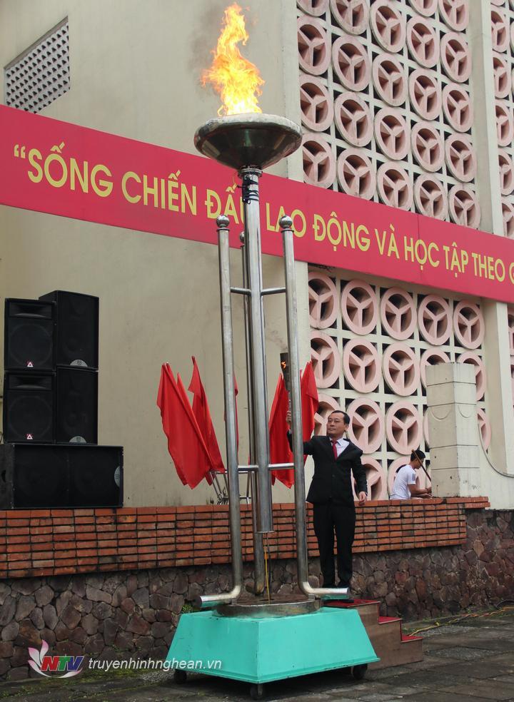 Bí thư Thành ủy Vinh Phan Đức Đồng thắp ngọn đuốc truyền thống tại lễ giao nhận quân.