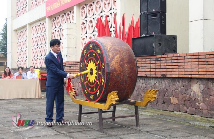Chủ tịch UBND thành phố Vinh - ông Trần Ngọc Tú đánh trống hội quân.