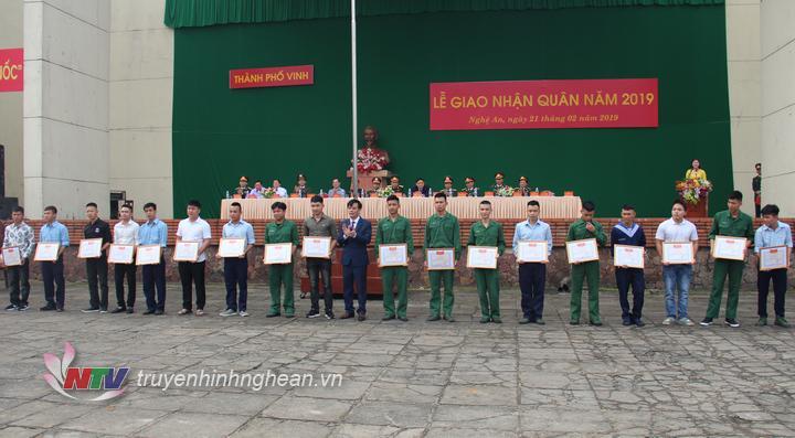 Tặng khen 20 thanh niên TP Vinh có thành tích xuất sắc vừa xuất ngũ.