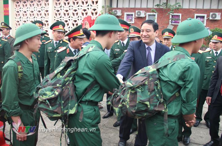 Bí thư Tỉnh ủy Nguyễn Đắc Vinh động viên các tân binh lên đường nhập ngũ.