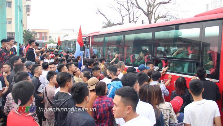 hàng nghìn người dân đã có mặt tại Nhà Văn hóa Lao động tỉnh – nơi diễn ra lễ giao nhận quân – để đưa tiễn con em đi làm nhiệm vụ.