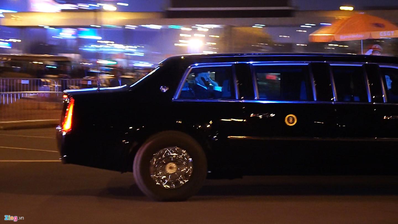 Trên quãng đường di chuyển từ sân bay Nội Bài về trung tâm thành phố, Tổng thống Mỹ thân thiện hạ kính vẫy chào lực lượng đang làm nhiệm vụ cùng người dân.