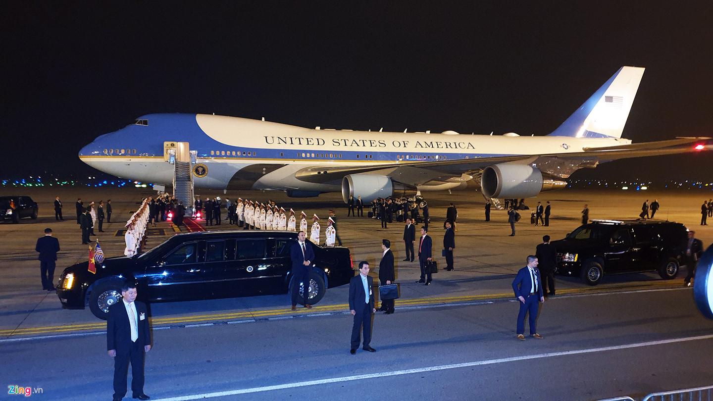 """Hai chiếc Cadillac One hay còn gọi là xe """"Quái thú"""" đã sẵn sàng đón Tổng thống Mỹ."""