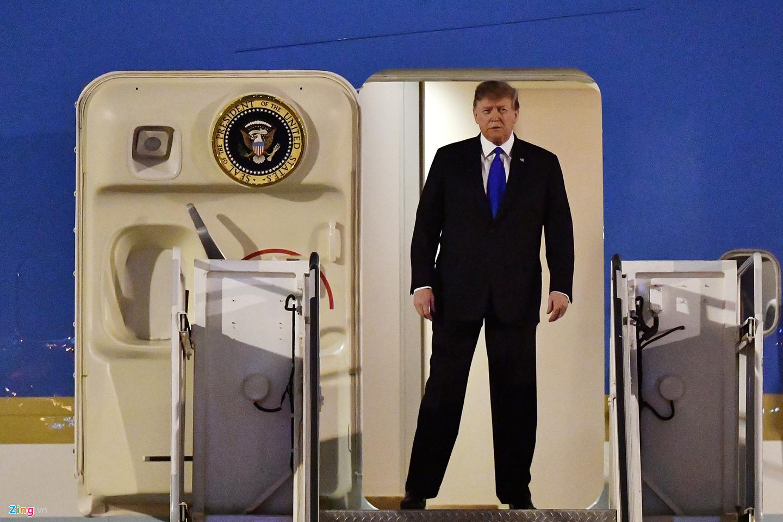   Dáng dấp oai phong của ông Trump khi vừa bước ra cửa máy bay.  