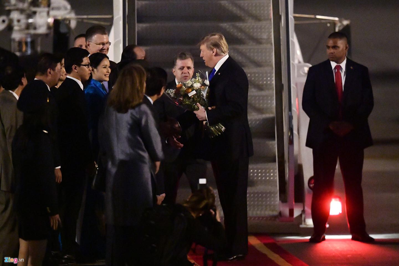 Ông Trump nhận bó hoa và sự chào đón thịnh tình từ phía các quan chức nước chủ nhà Hội nghị Thượng đỉnh Mỹ - Triều lần thứ hai.