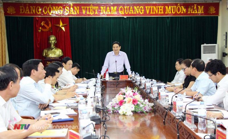 Bí thư Tỉnh ủy Nguyễn Đắc Vinh phát biểu kết luận tại cuộc họp.  