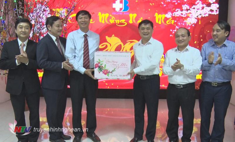Chủ tịch UBND tỉnh tặng quà chúc Tết Bệnh viện Ung bướu Nghệ An.