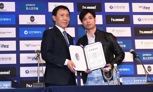 Công Phượng chụp hợp đồng vừa ký với Incheon United.