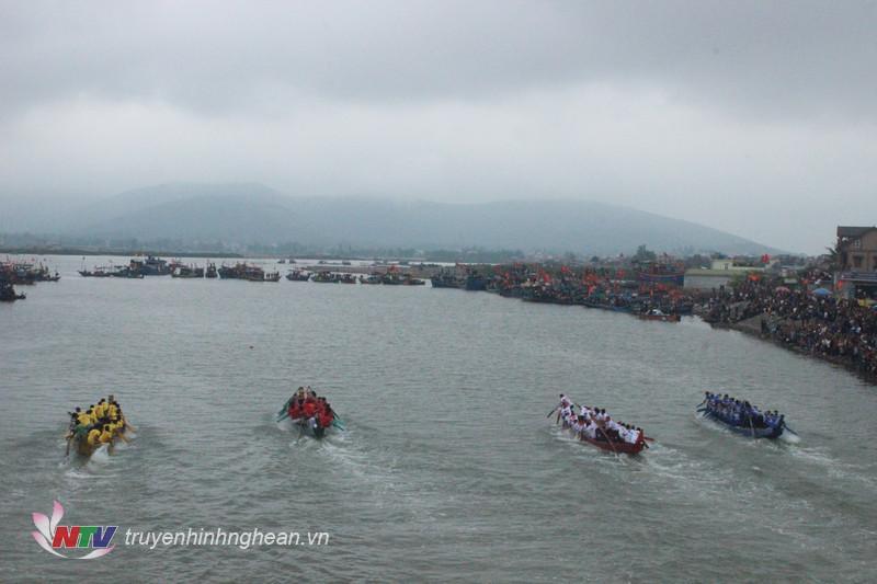 Giải đấu thu hút đông đảo du khách trong và ngoài huyện đến theo dõi, cổ vũ.