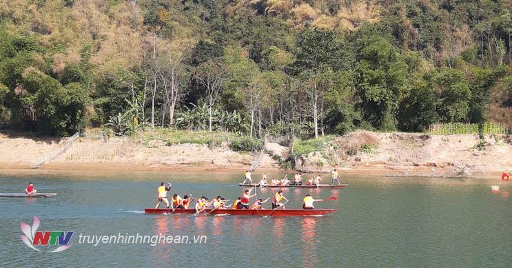 Giải đua thuyền dịp đầu xuân Kỷ Hợi 2019 thu hút 6 đội đua đến từ các khối sống dọc bên dòng sông Lam, thuộc lòng hồ thủy điện Khe Bố của huyện Tương Dương tham gia đua tài.