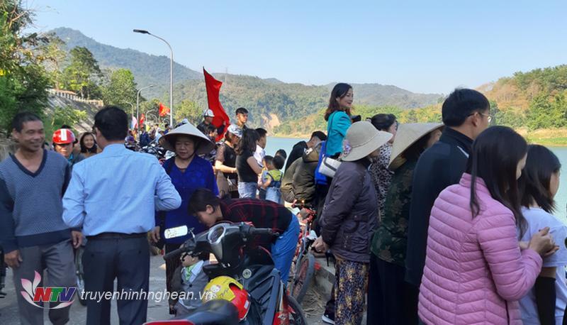 Với quãng đường đua gần 1km, các đội đã sôi nổi tranh tài dưới sự cổ vũ nhiệt tình của đông đảo bà con nhân dân huyện nhà và du khách gần xa.