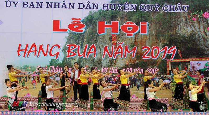 Tiết mục văn nghệ mang đậm bản sắc văn hóa dân tộc biểu diễn tại lễ hội.