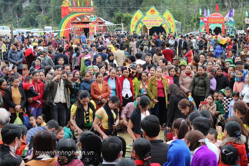 Hàng nghìn khách du lịch tham gia lễ hội