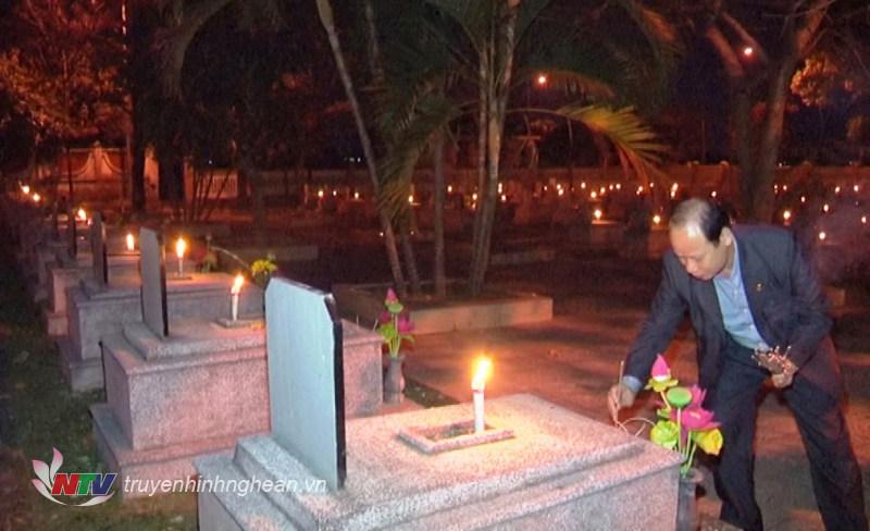 Thắp hương tại các phần mộ liệt sỹ (Nghĩa trang