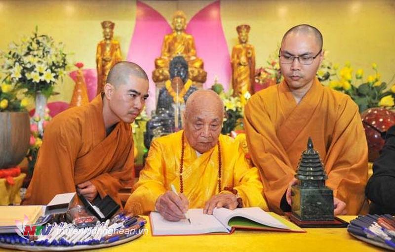 Trưởng lão hòa thượng Thích Thanh Đàm - Đức Phó pháp chủ Hội đồng chứng minh Giáo hội Phật giáo Việt Nam thực hiện nghi lễ khai ấn, khai bút đầu năm.