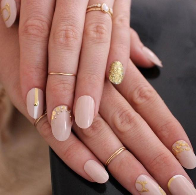 Bộ móng tay màu hồng nude với điểm nhấn là họa tiết vàng đồng thích hợp với những bộ trang phục mang phong cách vintage.