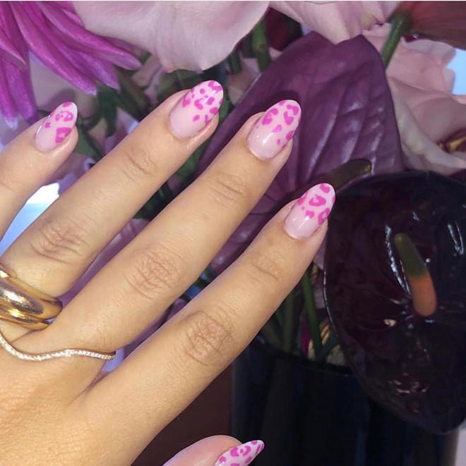 Xu hướng họa tiết da báo được biến tấu với màu hồng đáng yêu để hợp với mùa Valentine. Kiểu móng này sẽ phù hợp với nàng cá tính.