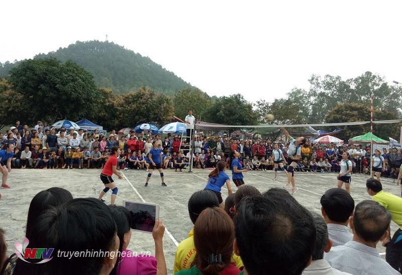 Đông đảo khán giả cổ vũ cho các đội bóng.