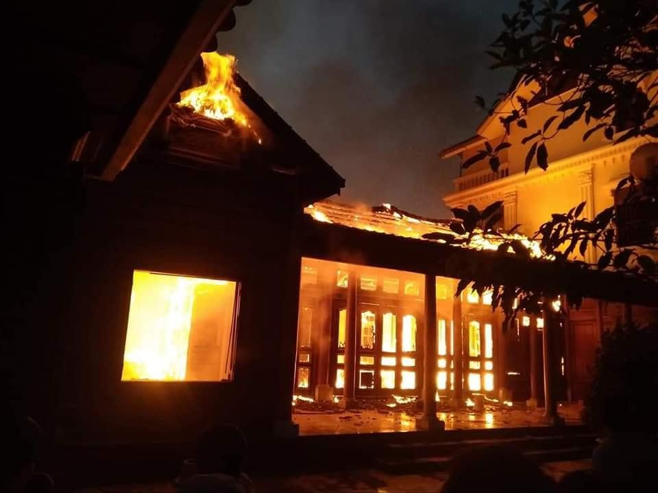 Ngôi nhà bị bốc cháy.