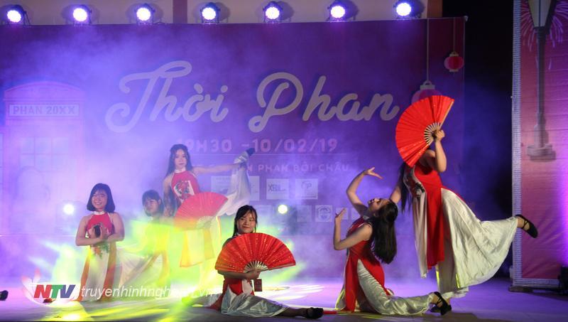 """Tiết mục múa đương đại mashup """"Cò lả - Bùa yêu"""" do các thành viên Ban nghệ thuật chương trình OFFLINE Tết 2019 biểu diễn nhận được đông đảo sự cô vũ của khán giả."""