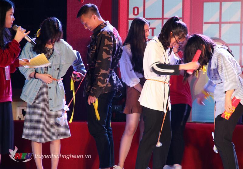 """Các học sinh và cựu học sinh trường Phan hào hứng tham gia trò chơi """"Chọi trứng""""."""