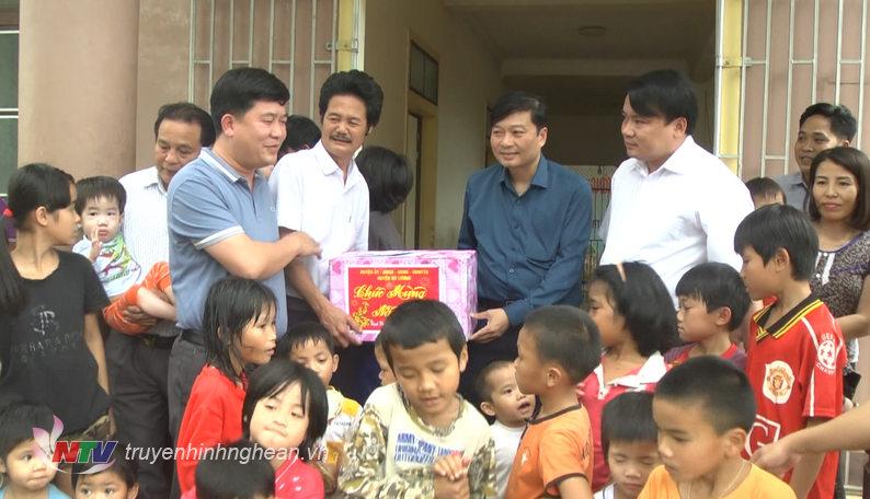 Phó Chủ tịch UBND tỉnh Lê Hồng Vinh tặng quà Tết cho