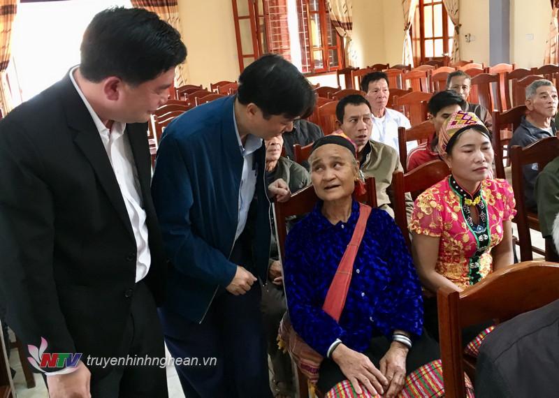 Phó Chủ tịch UBND tỉnh Lê Hồng Vinh thăm hỏi bà con