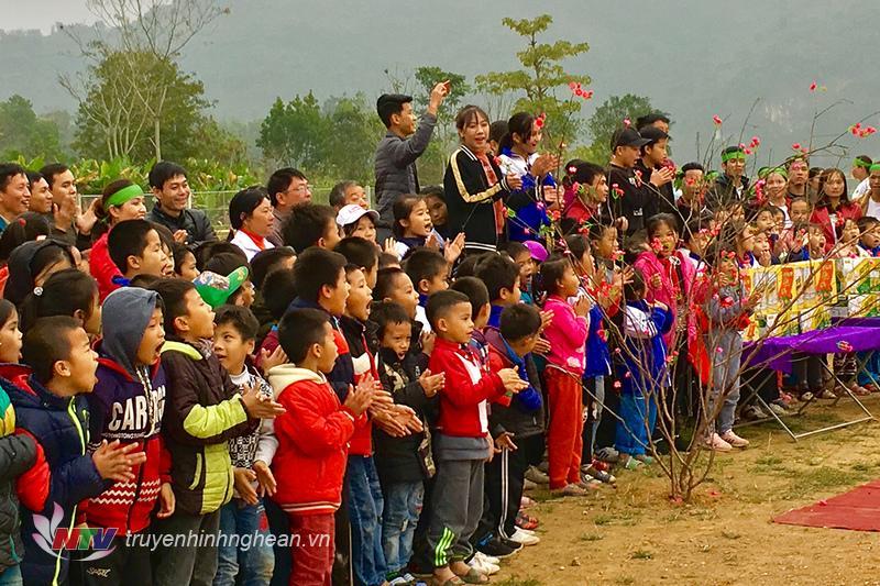 Người dân địa phương hào hứng cổ vũ ho 2 đội chơi.