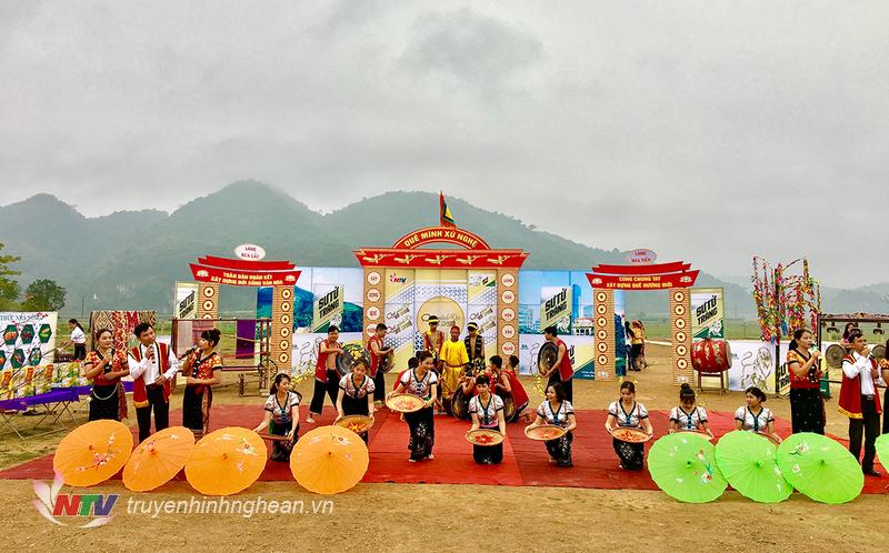 Đội văn nghệ huyện Quỳ Châu múa hát chào mừng.  
