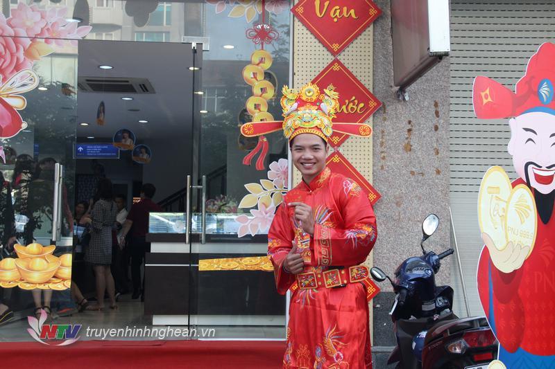Để tăng sức hút, nhiều điểm giao dịch Vàng chuẩn bị lì xì cho khách hàng trong ngày Vía Thần tai.f