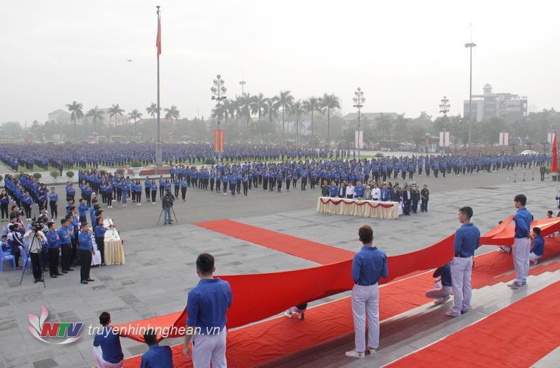Các đại biểu và hơn 5.500 ĐVTN thực hiện nghi lễ chào cờ.