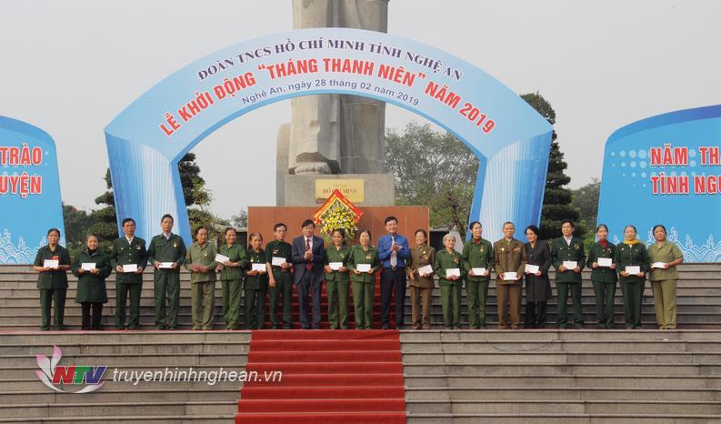 Phó Chủ tịch UBND tỉnh Lê Hồng Vinh và Bí thư Tỉnh đoàn Phạm Tuấn Vinh trao quà cho các cựu TNXP TP Vinh.