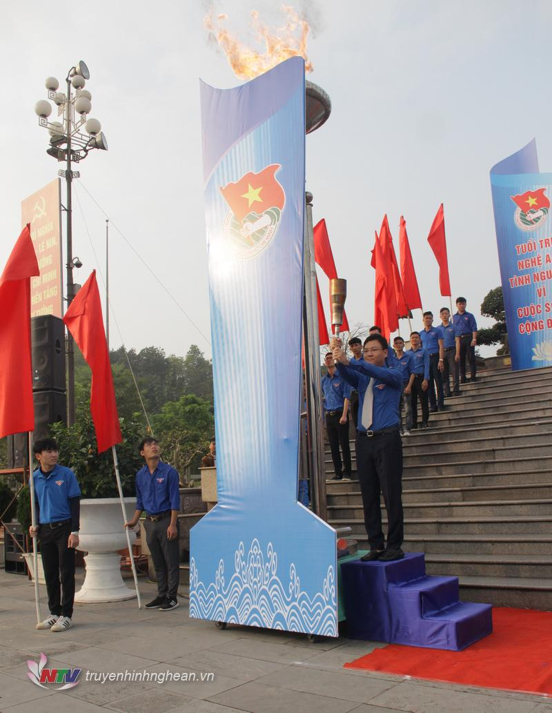 Với sự chứng kiến của hơn 5.500 ĐVTN, Bí thư Tỉnh đoàn Nghệ An Phạm Tuấn Vinh thắp lên ngọn lửa truyền thống