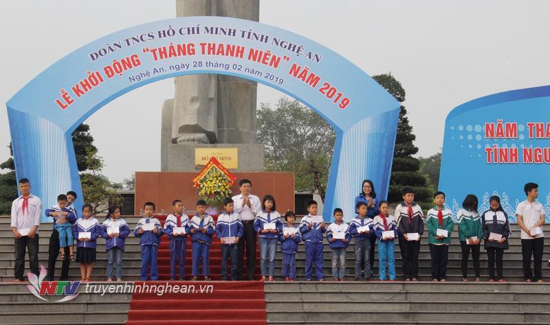 Phó Trưởng Ban Tuyên giáo Tỉnh ủy Kha Văn Tám và Phó Bí thư Tỉnh đoàn Nguyễn Thị Thơm trao quà cho các học sinh có hoàn cảnh khó khăn vươn lên học giỏi.