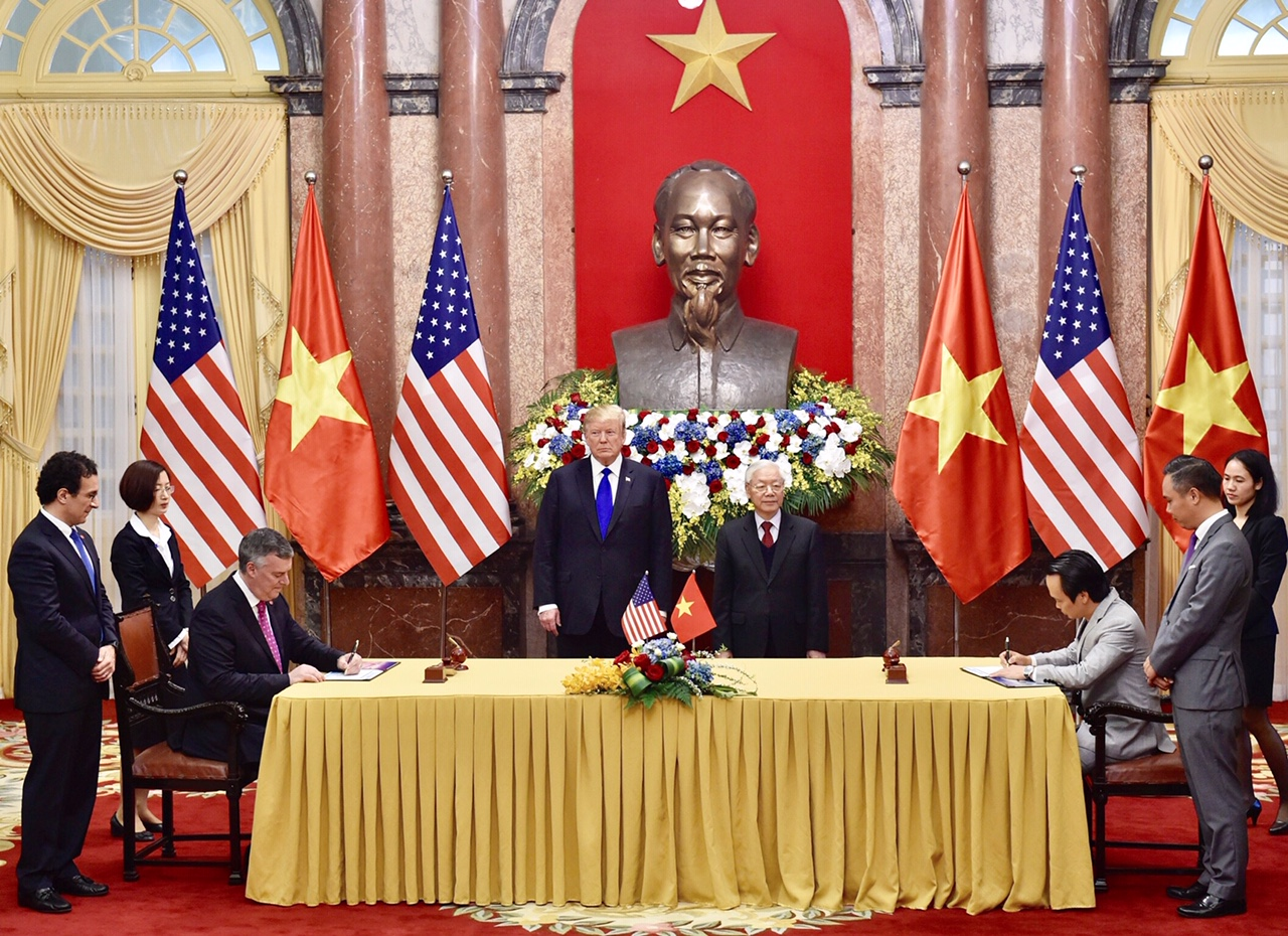 Tổng Bí thư, Chủ tịch nước Nguyễn Phú Trọng và Tổng thống Donald Trump chứng kiến lễ ký các văn bản hợp tác: Vietjet mua 100 máy bay Boeing 737 MAX và ký hợp đồng bảo dưỡng động cơ máy bay với General electric; Bamboo Airways mua 10 máy bay 787-9 Dreamliner.