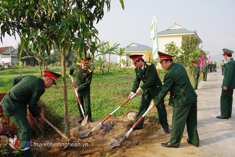 """Cán bộ, chiến sỹ LLVT tỉnh tham gia hưởng ứng """"Tết trồng cây đời đời nhớ ơn Bác Hồ vĩ đại""""."""