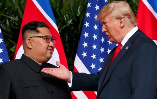 Tổng thống Mỹ Donald Trump (phải) và Nhà lãnh đạo Triều Tiên Kim Jong Un.