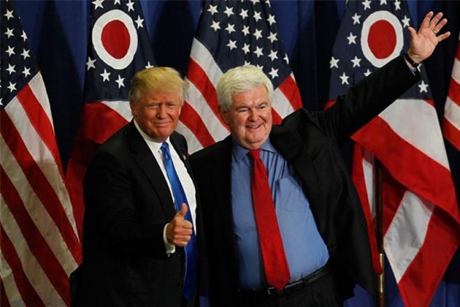 Tổng thống Donald Trump (trái) và tác giả cuốn sách - Gingrich.