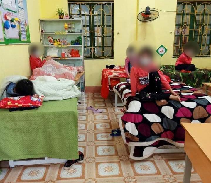 Các em học sinh Trường Tiểu học Xuân Phương, quận Nam Từ Liêm cách ly tập trung tại trường