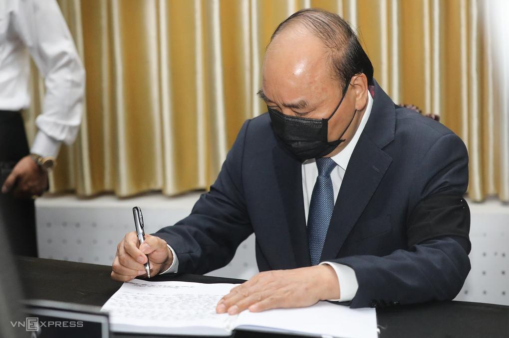 Thủ tướng Nguyễn Xuân Phúc gửi lời chia buồn trong sổ tang.