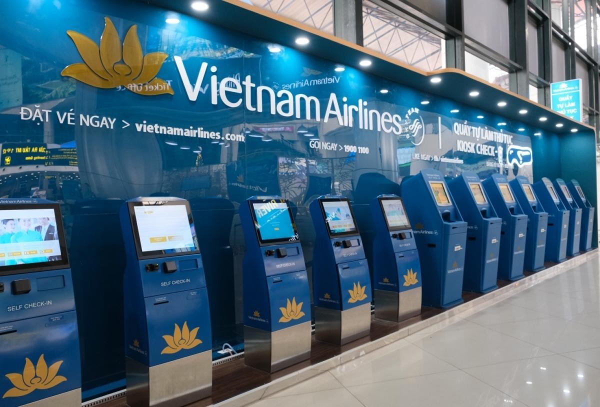 Các quầy tự làm thủ tục của Vietnam Airlines đặt ở sân bay.