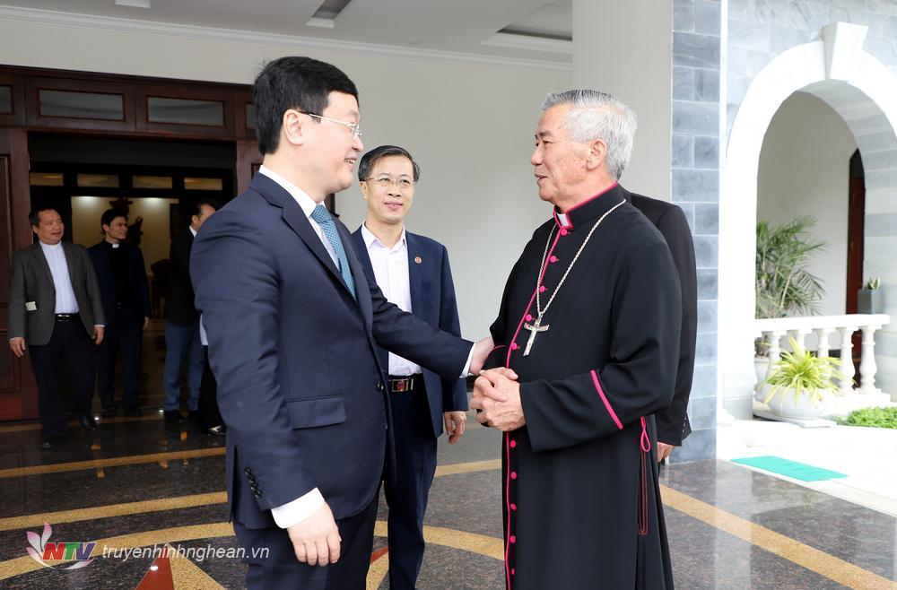 Đồng chí Nguyễn Đức Trung - Phó Bí thư Tỉnh ủy, Chủ tịch UBND tỉnh trò chuyện thân mật với Giám mục Giáo phận Vinh Anphong Nguyễn Hữu Long.