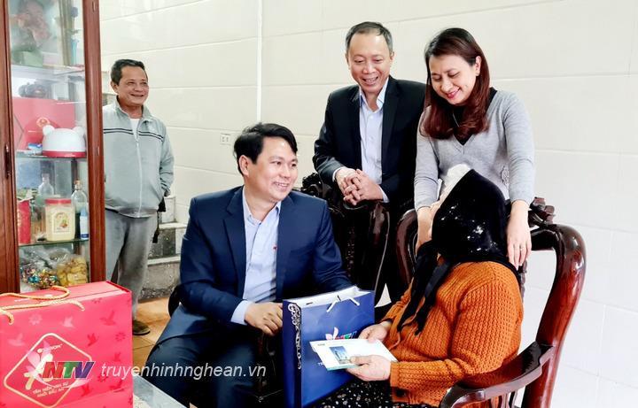 Đại diện Đài PT-TH Nghệ An thăm hỏi, tặng quà các Mẹ Việt Nam Anh hùng dịp Tết Tân Sửu.