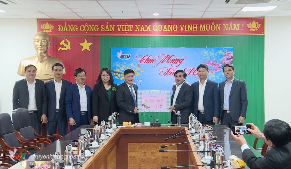 Phó Bí thư Thường trực Tỉnh ủy Nguyễn Văn Thông tặng quà chúc Tết Đài PT-TH Nghệ An đêm Giao thừa.