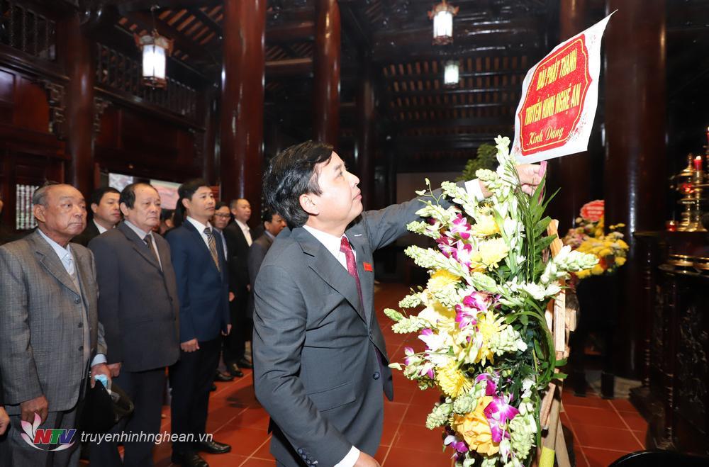 Đồng chí Nguyễn Như Khôi - Tỉnh ủy viên, Giám đốc Đài PT-TH Nghệ An đại diện dâng lẵng hoa tươi lên anh linh Chủ tịch Hồ Chí Minh.