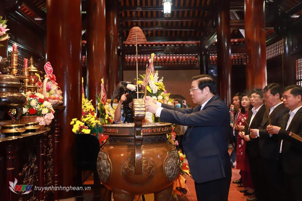 Trưởng Ban Nội chính Trung ương Phan Đình Trạc dâng hoa, dâng hương Chủ tịch Hồ Chí Minh.