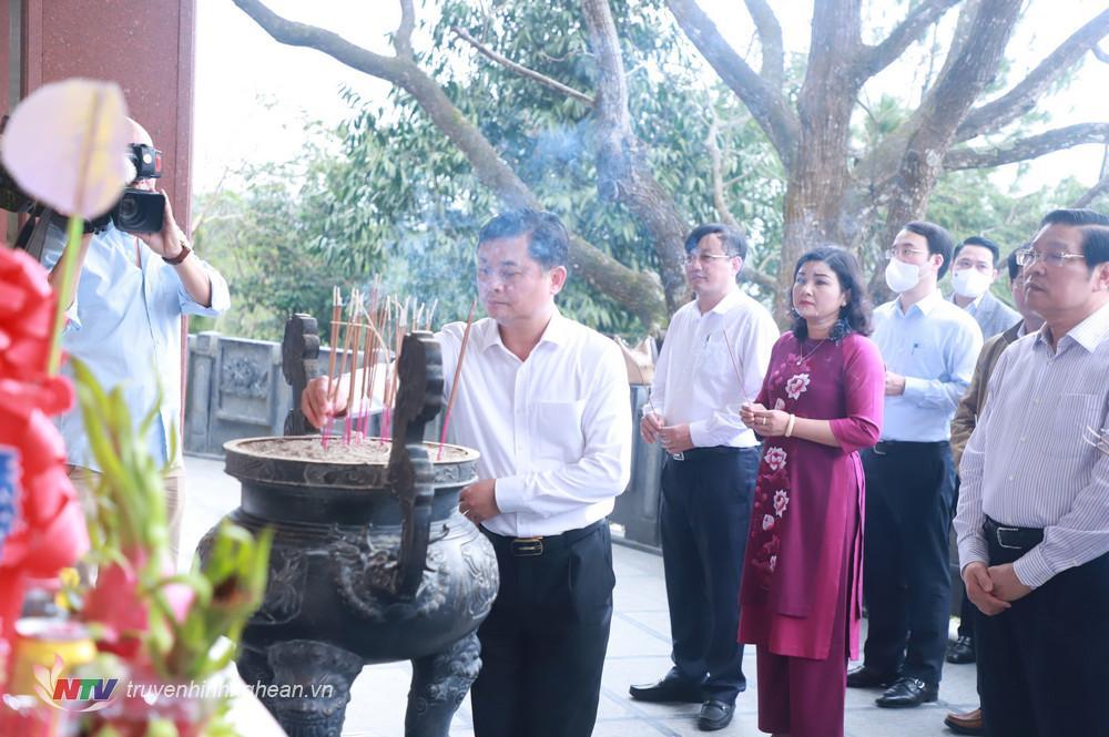 Bí thư Tỉnh uỷ Thái Thanh Quý dâng hương tại phần mộ Bà Hoàng Thị Loan.