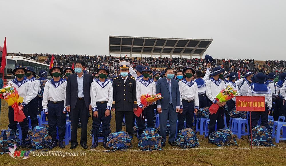 Phó Chủ tịch Thường trực UBND tỉnh Lê Hồng Vinh cùng lãnh đạo huyện Diễn Châu tặng hoa các đơn vị giao nhận quân.