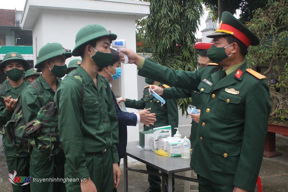 Thực hiện nghiêm công tác phòng chống dịch Covid-19 tại lễ giao nhận quân.